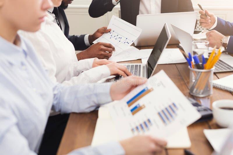aanalyzing数据和图表的股票经纪人队  免版税库存照片