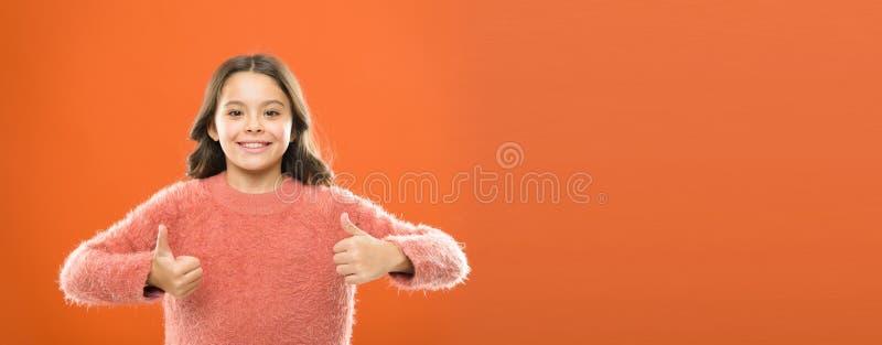 Aanbevelingenconcept Het meisjeskind toont duim op gebaar Het jonge geitje toont duim Gelukkige het meisje adviseert hoogst Hoog  royalty-vrije stock afbeelding