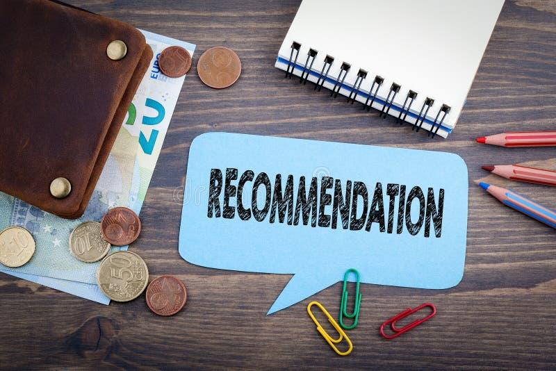 Aanbevelingsconcept Toespraakbel op een donkere geweven houten achtergrond stock foto