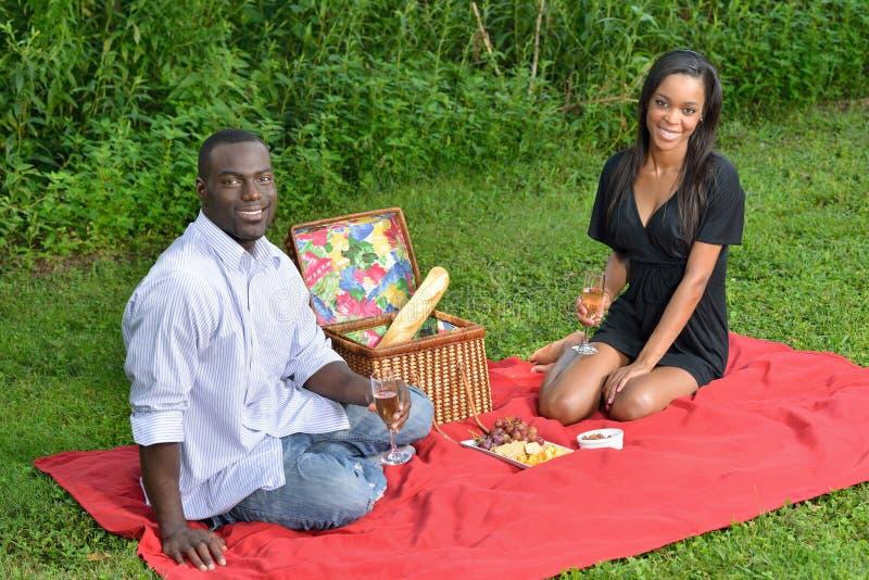 Aanbiddelijk Afrikaans Amerikaans paar op picknick royalty-vrije stock fotografie