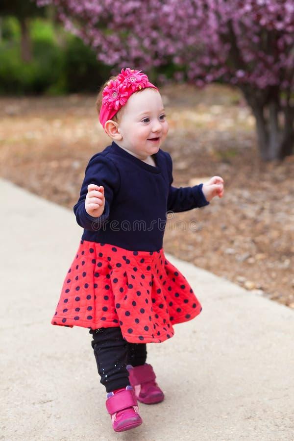 Aanbiddelijk baby het leren saldo royalty-vrije stock afbeeldingen
