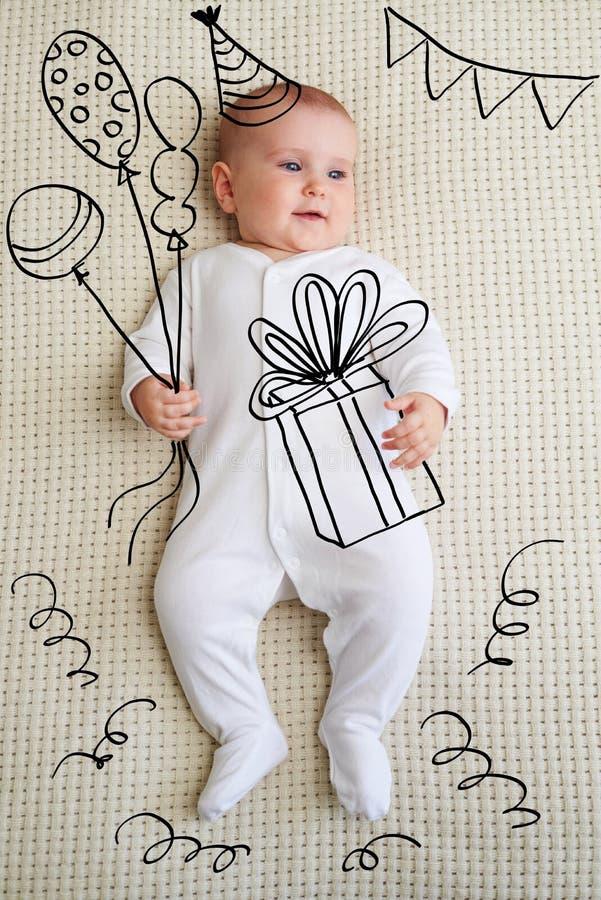 Aanbiddelijk babymeisje in de schets van de verjaardagspartij royalty-vrije stock afbeeldingen