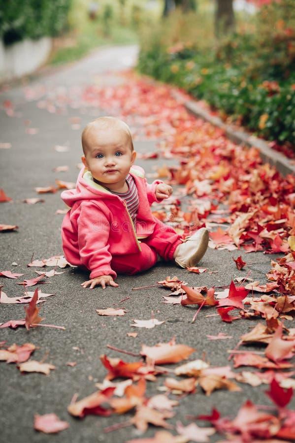 Aanbiddelijk babymeisje die buiten spelen stock foto's