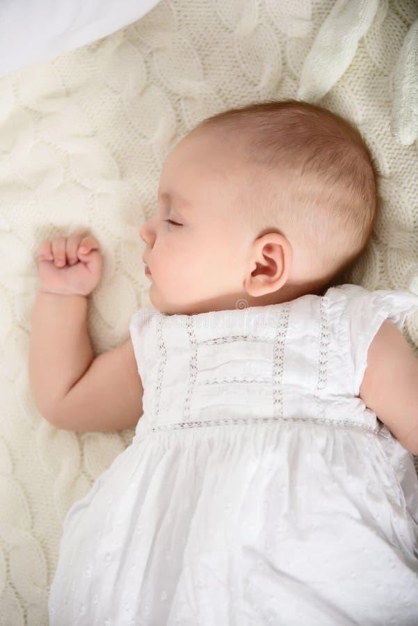 Aanbiddelijk babymeisje die dutje nemen stock foto's
