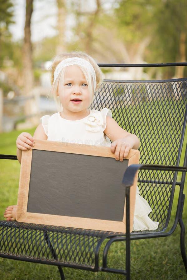 Aanbiddelijk Babymeisje in het Lege Bord van de Stoelholding royalty-vrije stock fotografie