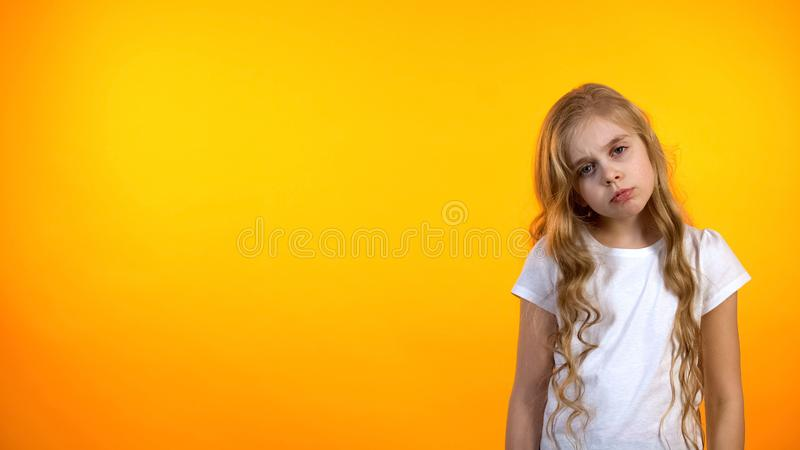 Aanbiddelijk blond meisjesgevoel uitgeput na school, gebrek aan energie, avitaminosis royalty-vrije stock foto's