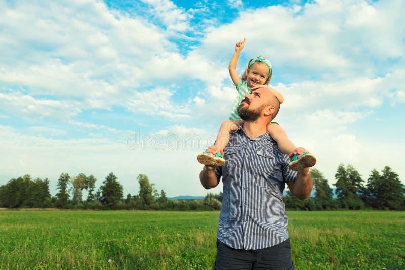 Aanbiddelijk dochter en vaderportret, gelukkig familieconcept royalty-vrije stock foto