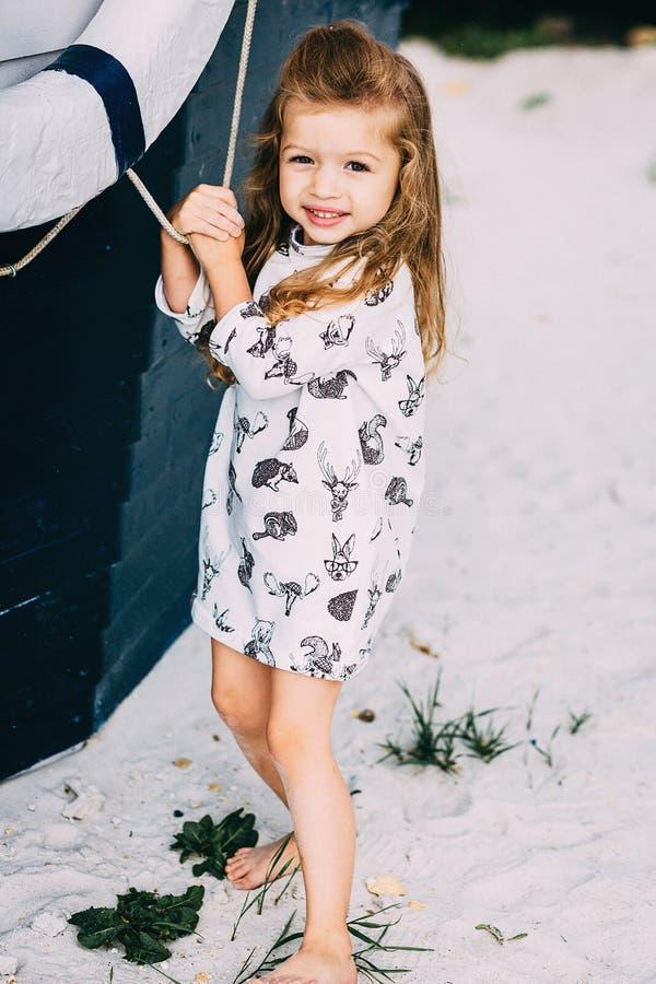 Aanbiddelijk gelukkig glimlachend meisje op strandvakantie royalty-vrije stock fotografie