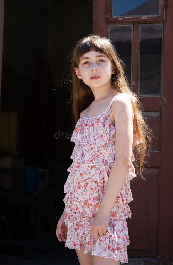 Aanbiddelijk gelukkig meisje in openlucht Het portret van Kaukasisch jong geitje geniet van de zomer royalty-vrije stock afbeeldingen