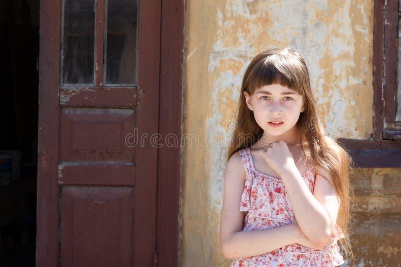 Aanbiddelijk gelukkig meisje in openlucht Het portret van Kaukasisch jong geitje geniet van de zomer royalty-vrije stock foto's