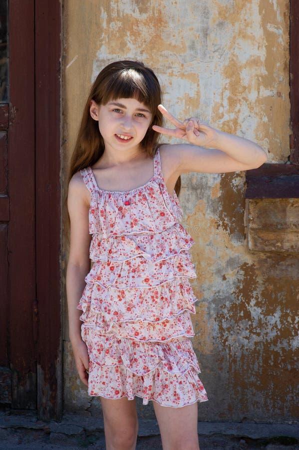Aanbiddelijk gelukkig meisje in openlucht Het portret van Kaukasisch jong geitje geniet van de zomer stock foto's
