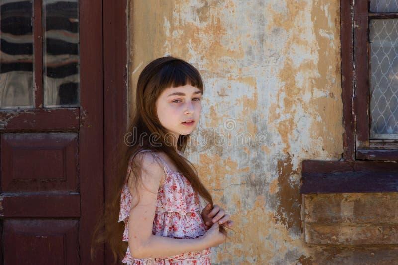 Aanbiddelijk gelukkig meisje in openlucht Het portret van Kaukasisch jong geitje geniet van de zomer royalty-vrije stock foto