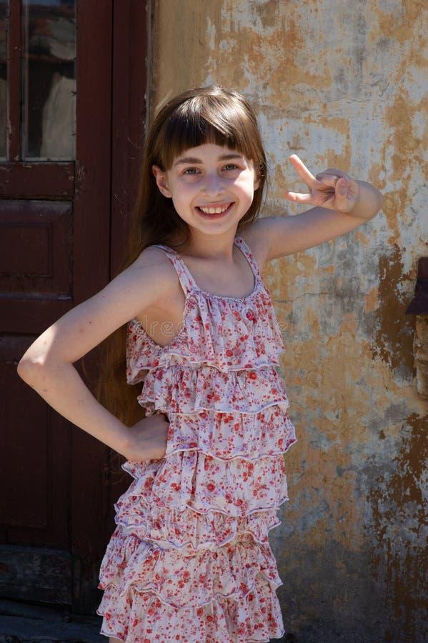 Aanbiddelijk gelukkig meisje in openlucht Het portret van Kaukasisch jong geitje geniet van de zomer royalty-vrije stock fotografie