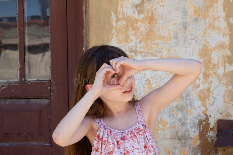 Aanbiddelijk gelukkig meisje in openlucht Het portret van Kaukasisch jong geitje geniet van de zomer stock fotografie