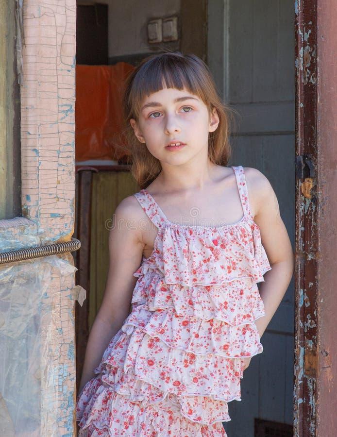 Aanbiddelijk gelukkig meisje in openlucht Het portret van Kaukasisch jong geitje geniet van de zomer royalty-vrije stock afbeelding