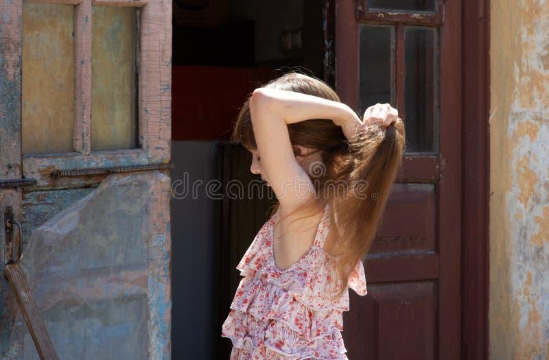 Aanbiddelijk gelukkig meisje in openlucht Het portret van Kaukasisch jong geitje geniet van de zomer stock afbeeldingen