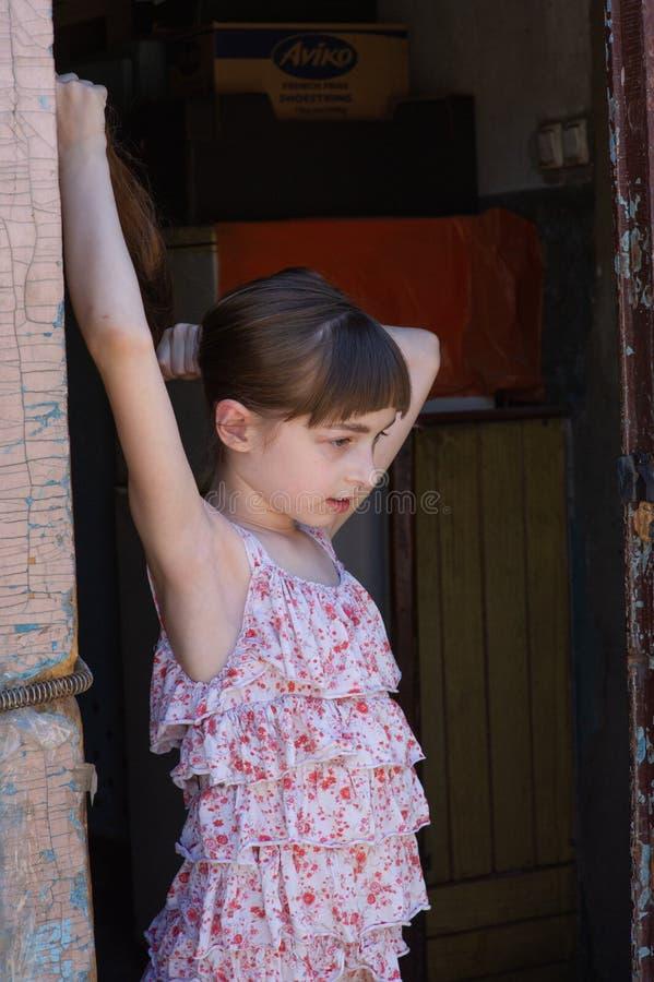 Aanbiddelijk gelukkig meisje in openlucht Het portret van Kaukasisch jong geitje geniet van de zomer stock foto