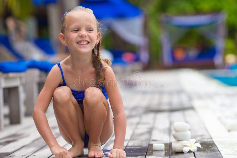Aanbiddelijk gelukkig meisjes dichtbij zwembad royalty-vrije stock afbeeldingen