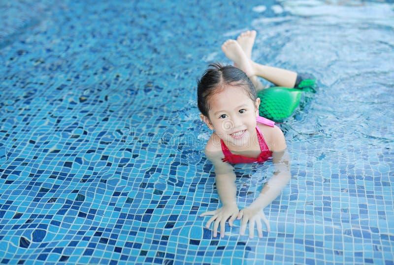 Aanbiddelijk heeft weinig Aziatisch van de de slijtagemeermin van het kindmeisje zwemmend kostuum pret bij de pool royalty-vrije stock fotografie