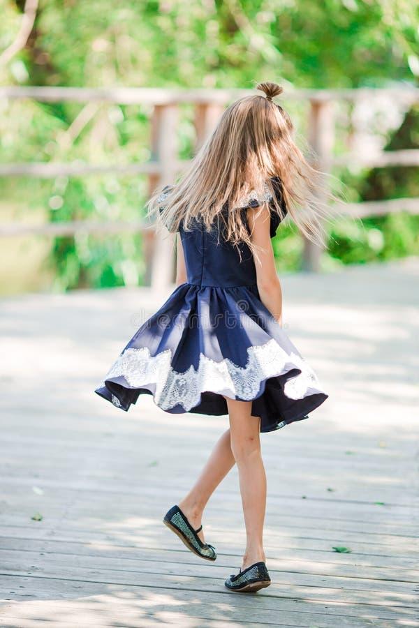 Aanbiddelijk heeft weinig schoolmeisje pret openlucht Terug naar School royalty-vrije stock afbeeldingen