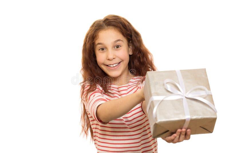 Aanbiddelijk jong meisje met aanwezige Kerstmis royalty-vrije stock fotografie