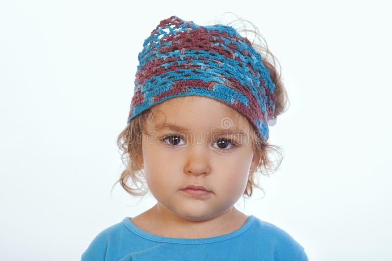 Aanbiddelijk kalm meisje die camera bekijken en blauwe met de hand gemaakte hoofdband dragen royalty-vrije stock foto's