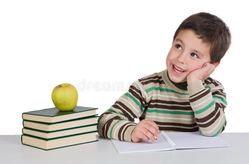Aanbiddelijk kind dat in de school denkt stock foto's