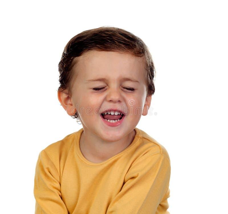 Aanbiddelijk klein kind twee jaar oud met gele t-shirt stock afbeelding