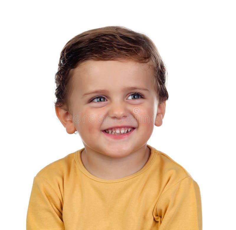 Aanbiddelijk klein kind twee jaar oud met gele t-shirt stock foto's