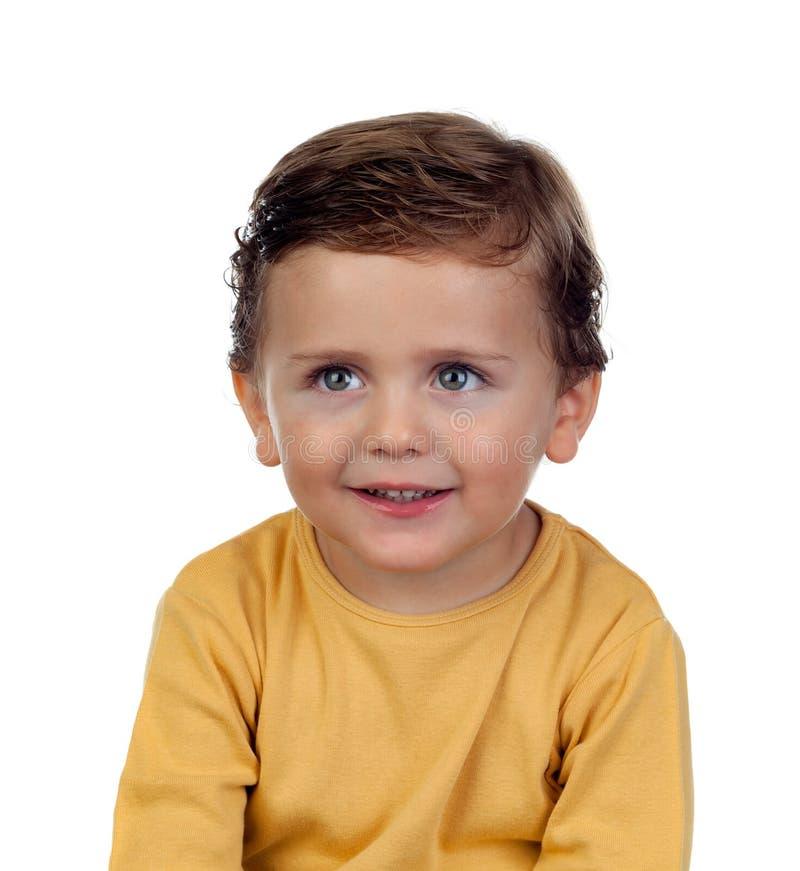Aanbiddelijk klein kind twee jaar oud met gele t-shirt stock fotografie