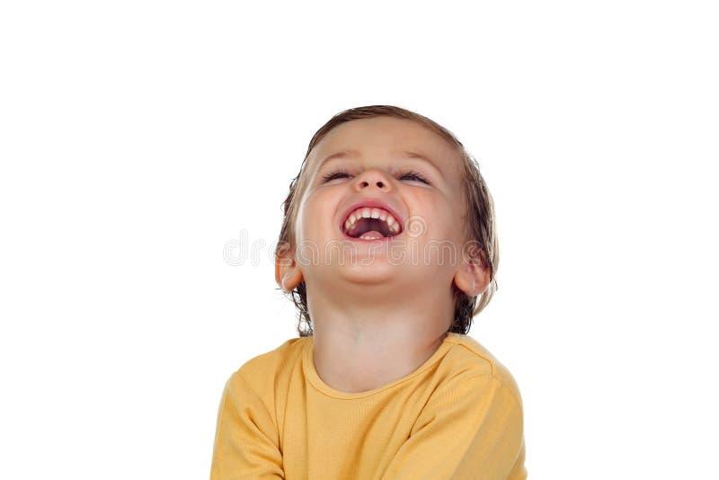 Aanbiddelijk klein kind twee jaar oud met gele t-shirt royalty-vrije stock afbeeldingen