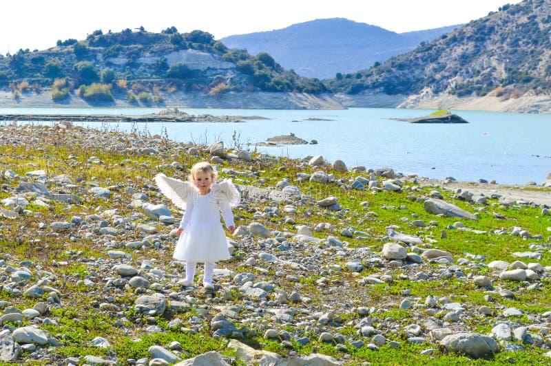 Aanbiddelijk kwam weinig engelenmeisje uit hemel royalty-vrije stock afbeelding