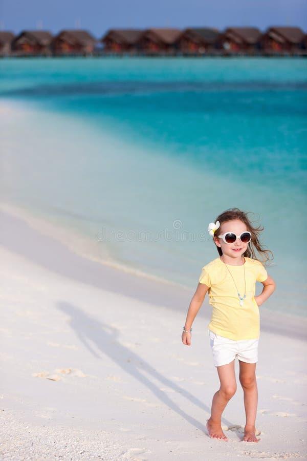 Aanbiddelijk meisje bij strand stock afbeeldingen