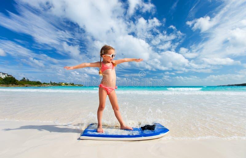 Aanbiddelijk meisje bij strand royalty-vrije stock afbeelding