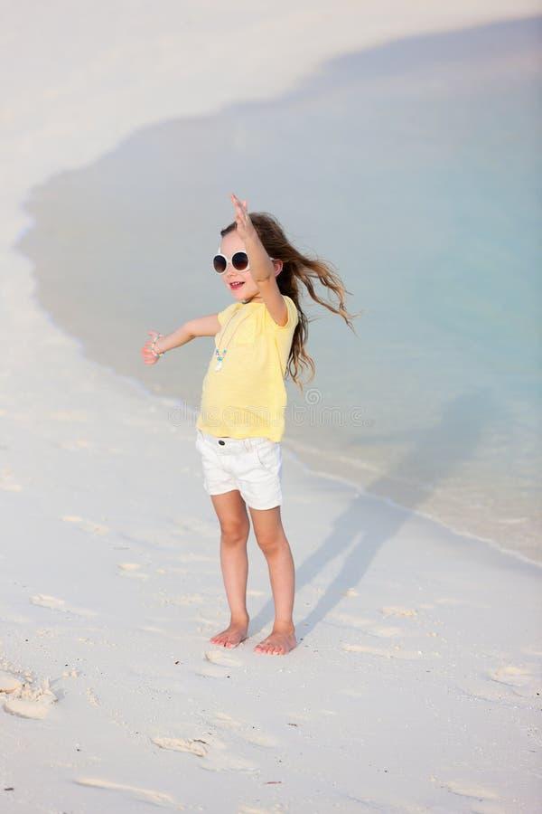 Aanbiddelijk meisje bij strand royalty-vrije stock afbeeldingen