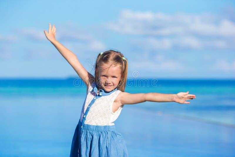 Aanbiddelijk meisje bij strand tijdens de zomer stock afbeelding