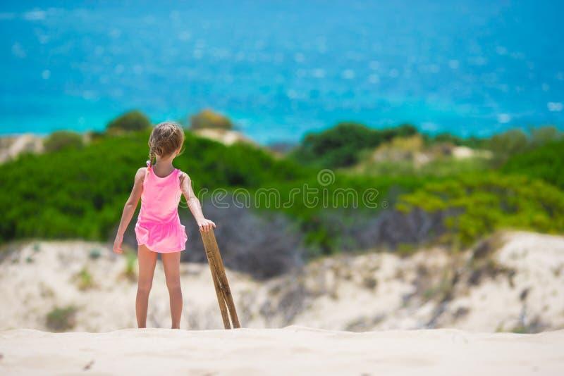Aanbiddelijk meisje bij strand tijdens de zomer royalty-vrije stock foto's
