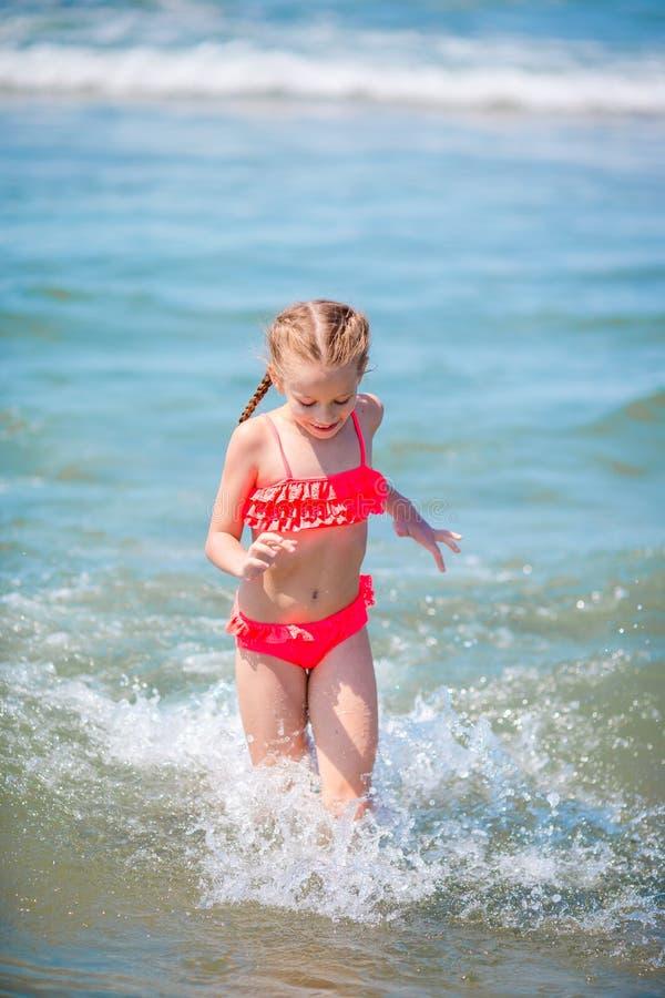Aanbiddelijk meisje bij strand tijdens de zomervakantie in Europa stock foto
