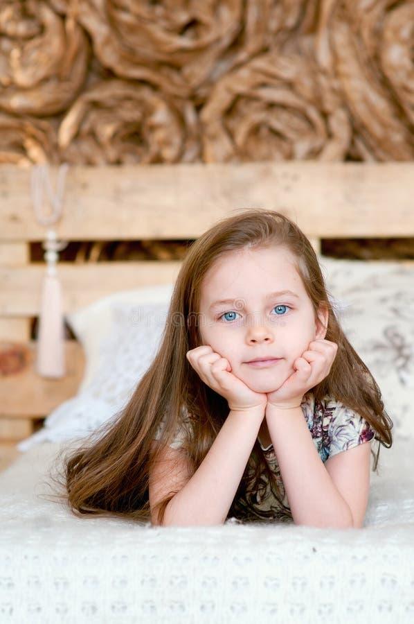 Aanbiddelijk meisje dat in het bed rust royalty-vrije stock afbeelding