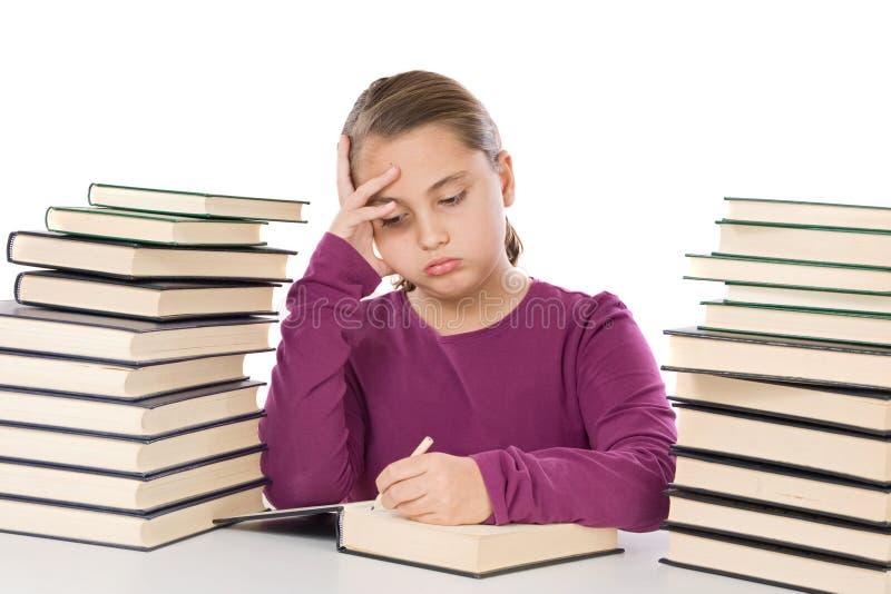 Aanbiddelijk meisje dat met vele boeken wordt vermoeid stock afbeelding