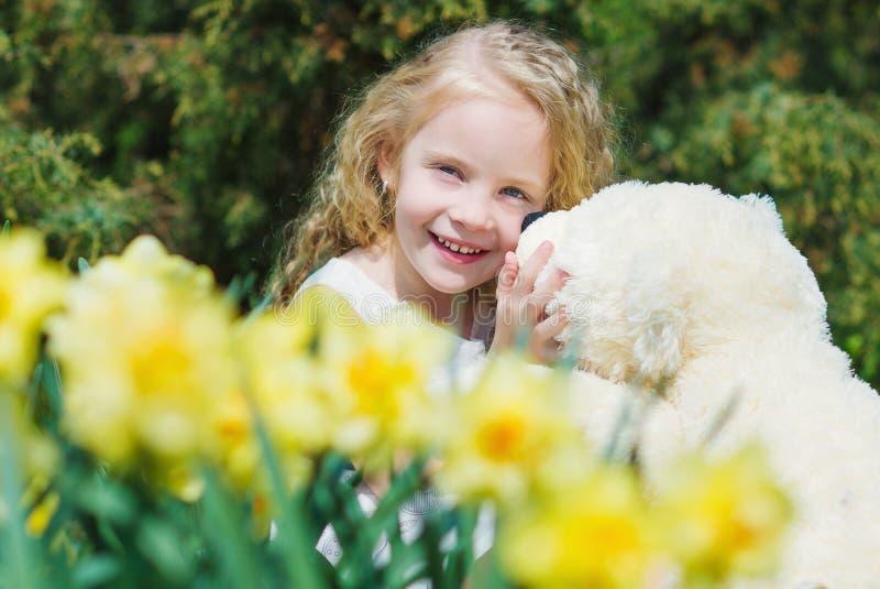 Aanbiddelijk meisje in de de lentetuin royalty-vrije stock afbeeldingen