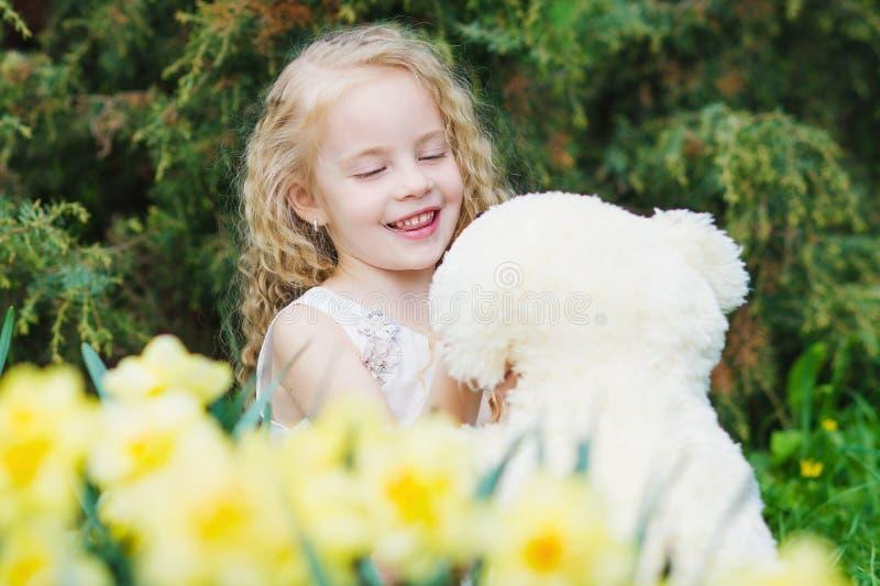 Aanbiddelijk meisje in de de lentetuin royalty-vrije stock foto's