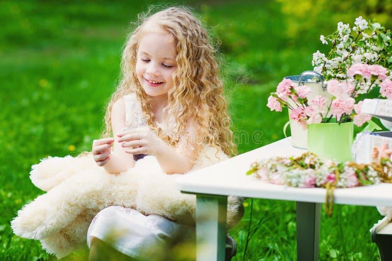 Aanbiddelijk meisje in de de lentetuin stock fotografie