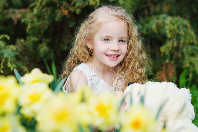 Aanbiddelijk meisje in de de lentetuin stock afbeelding