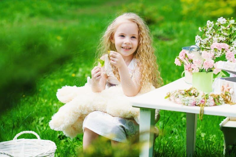 Aanbiddelijk meisje in de de lentetuin stock foto's