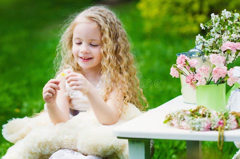 Aanbiddelijk meisje in de de lentetuin royalty-vrije stock afbeelding