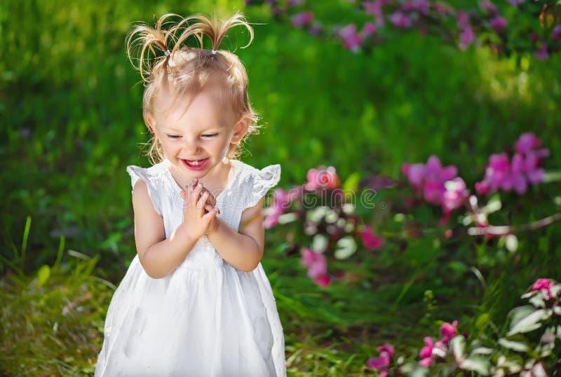 Aanbiddelijk meisje die en hun handen spelen lachen stock fotografie