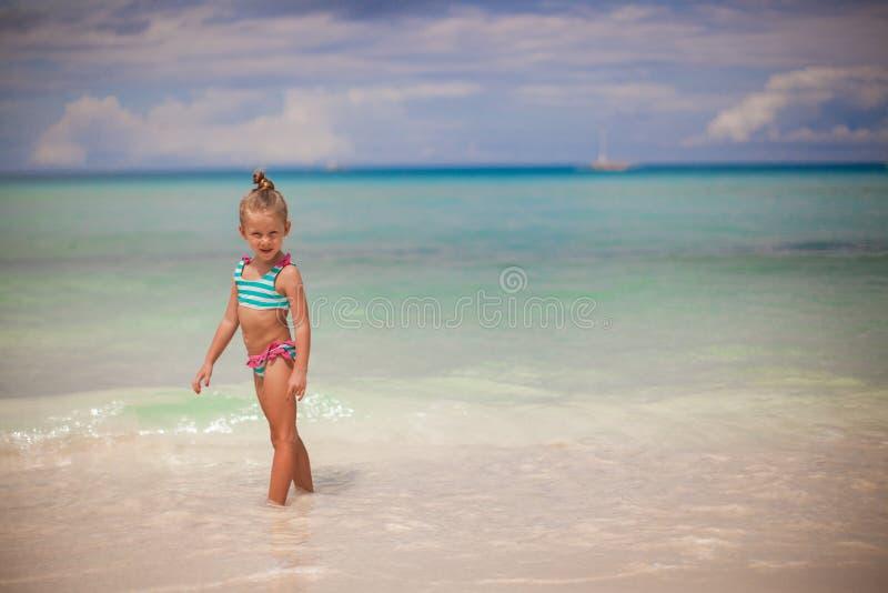Aanbiddelijk meisje die in het water lopen stock fotografie