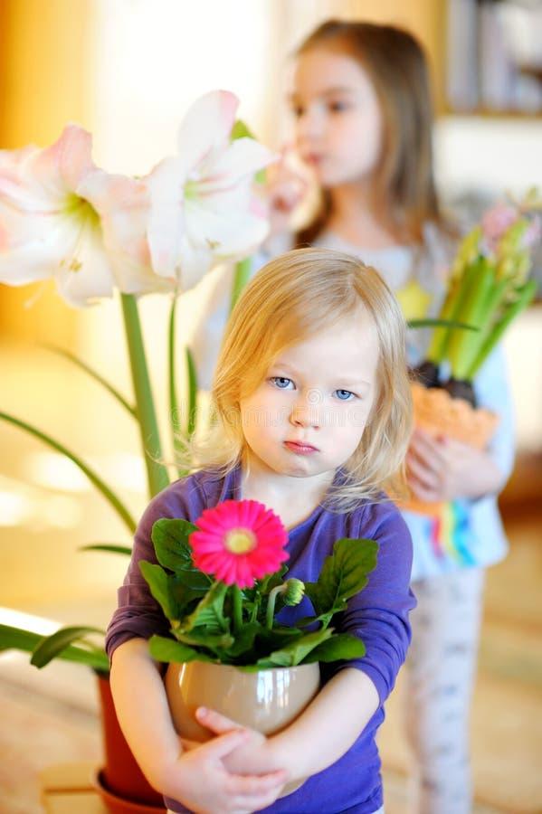 Aanbiddelijk meisje die installaties en bloemen behandelen royalty-vrije stock afbeeldingen