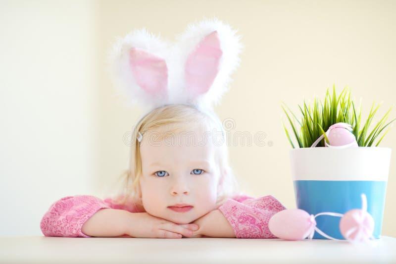Aanbiddelijk meisje die konijntjesoren op Pasen dragen royalty-vrije stock foto's